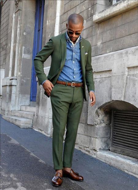 Молодой человек в зеленом костюме и синей джинсовой рубашке