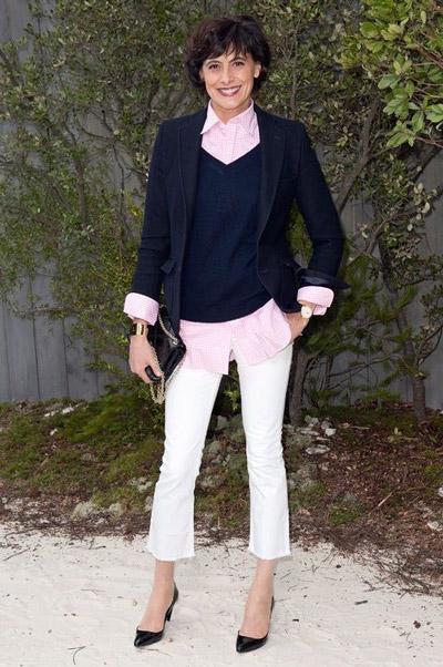 На Инес Де Ла Фрессанж белые капри, белая рубашка, черный джемпер и черный пиджак