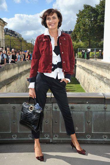 На Инес Де Ла Фрессанж брюки капри в вертикальную полоску, рубашка и бордовая джинсовка