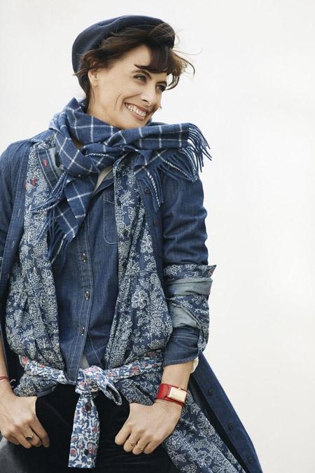 На Инес Де Ла Фрессанж джинсовое пальто синий шарф в клетку