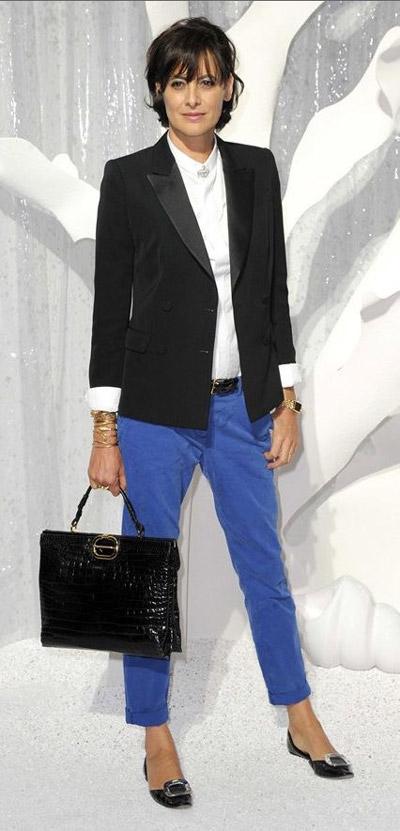 На Инес Де Ла Фрессанж голубые брюка капри, белая блуза и черный жакет