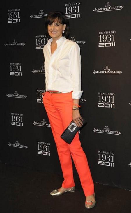 На Инес Де Ла Фрессанж розовые брюки и белая рубашка