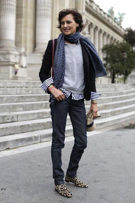 На Инес Де Ла Фрессанж темные джинсы, серый джемпер, черный пиджак и темный шарф в горошек