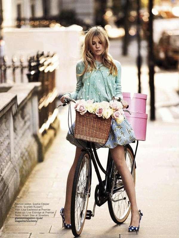 На девушке голубая юбочка и вязанная кофточка, отличный образ на каждый день