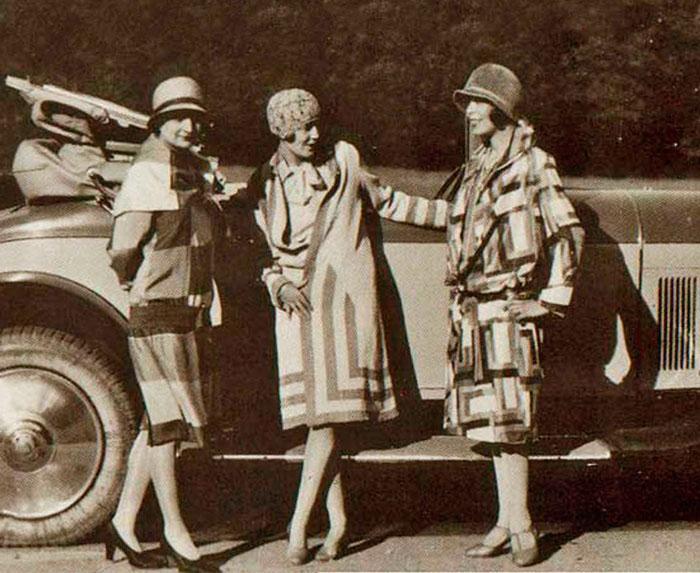 Соня Делоне возле машины с подругами 1920-е года