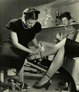 Девушка примеряет туфли 1940-е года