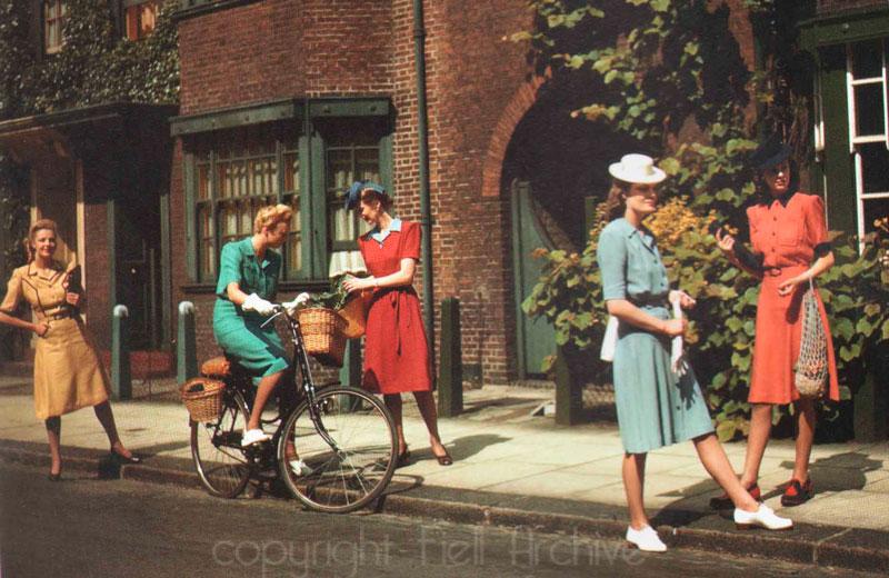 Модные девушки в платьях от Норман Хартнелл, 1940-е года