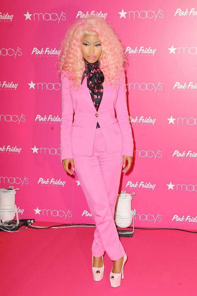 Ники Минаж, в розовом костюме, в супермаркете macys презентует свои новые духи, Нью-Йорк