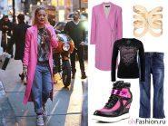 Уличный стиль Леди Гаги с длинным розовым пальто и джинсами бойфренда