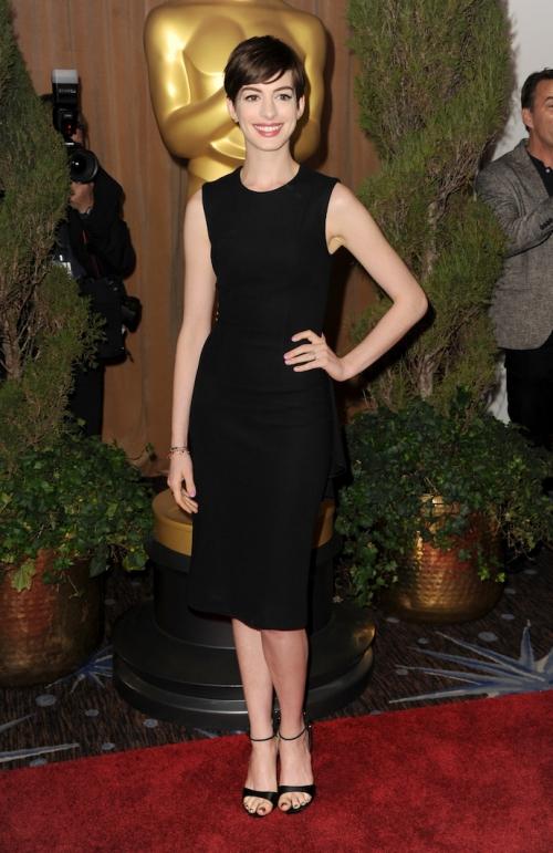 Энн Хэтэуэй в черном платье чуть ниже колен и босоножках