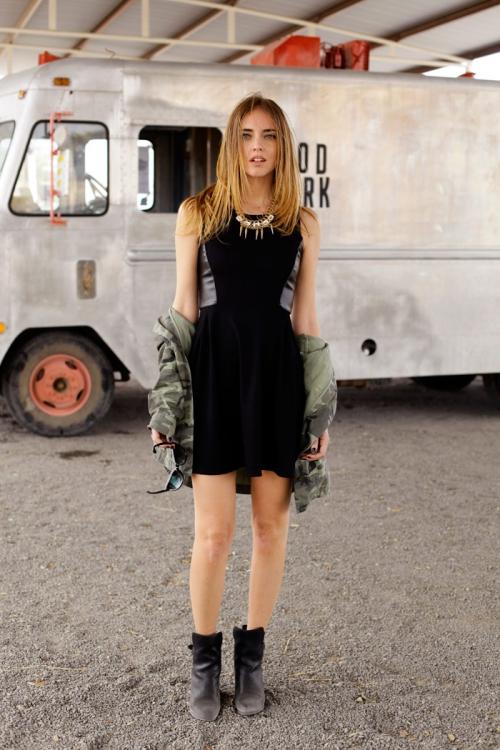Девушка в черном платье и куртке цвета хаки