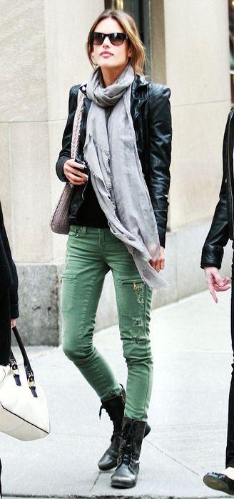 Алессандра Амбросио в зеленых джинсах, кожаной куртке и шарфом на шее