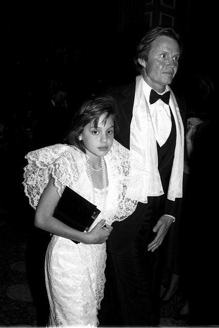 Анджелина Джоли с отцом Джоном Войтом, вручение Оскара 1986 год