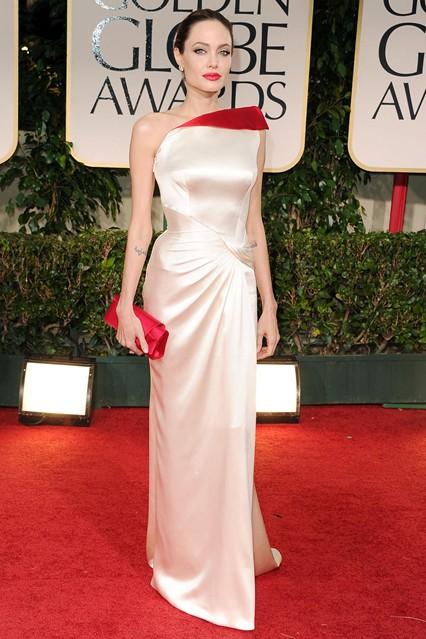 Анджелина Джоли в атласном платье нежного кремово-розового оттенка, украшенного ярко-красной вставкой от Versace