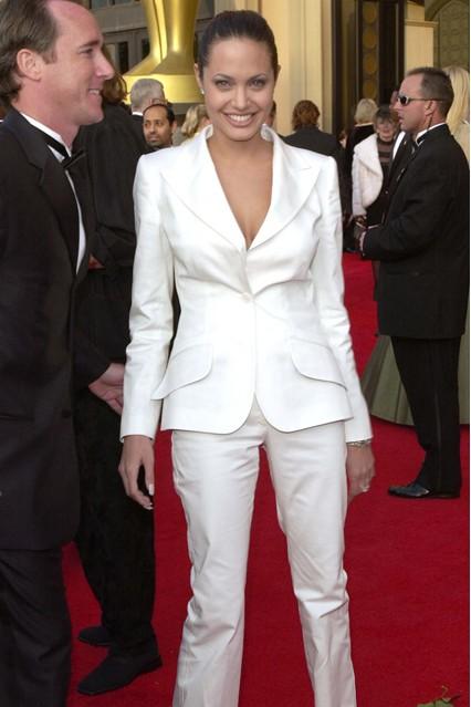 Анджелина Джоли в белом, брючном костюме, 2001 год