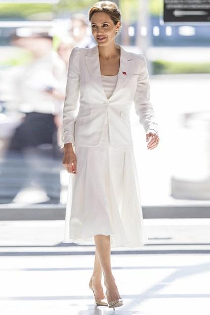 Анджелина Джоли в белом платье и пиджаке