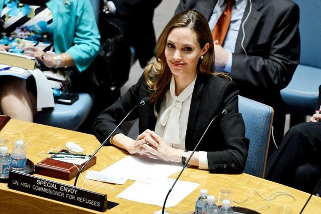Анджелина Джоли в черном пиджаке и белой блузе