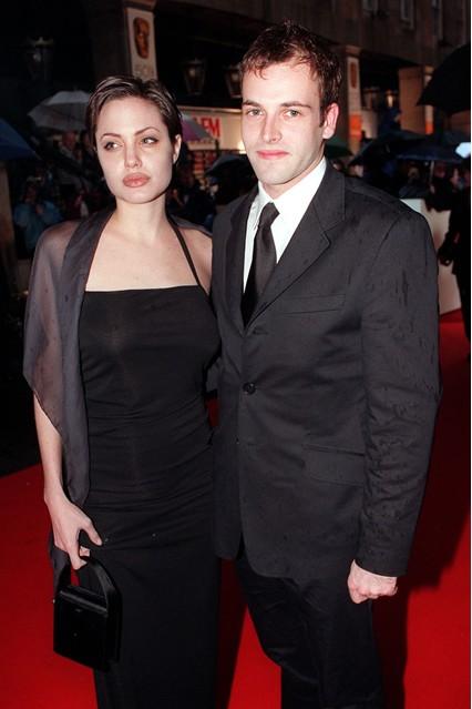 Анджелина Джоли в черном платье с Джонни Ли Миллером