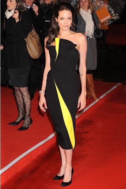 Анджелина Джоли в черном платье с ярко-желтыми вставками от Armani, 2009 год