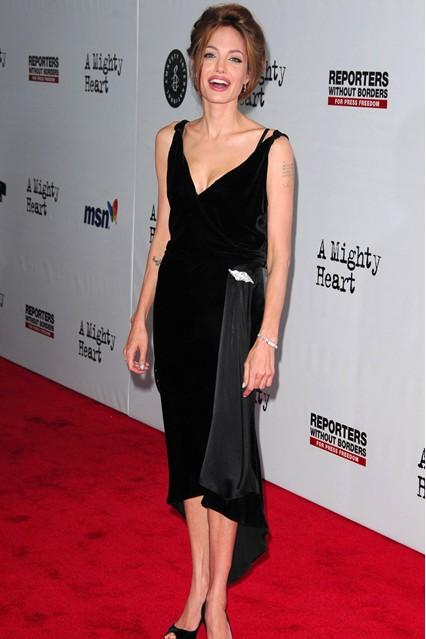 Анджелина Джоли в черном, ретро-платье