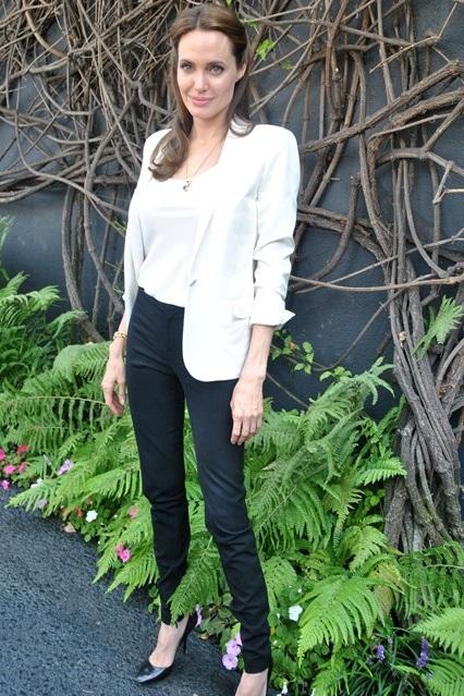 Анджелина Джоли в черных брюках, белом топе и белом пиджаке, 2014 год