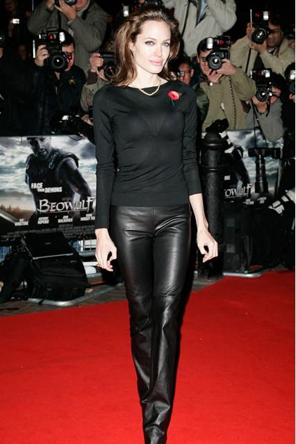 Анджелина Джоли в черных кожаных брюках и кофте, 2007 год