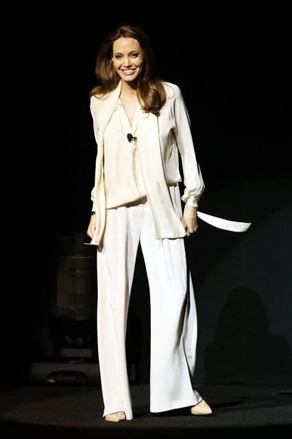 Анджелина Джоли в кремовом костюме блуза и расклешенные брюки у актрисы от Juan Carlos Obando