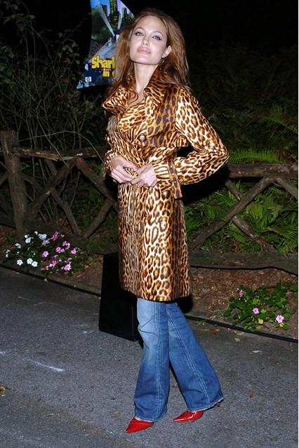 Анджелина Джоли в леопардовом пальто и джинсах, 2004 год