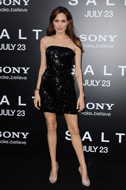 Анджелина Джоли в мерцающем коротком платье от Emporio Armani