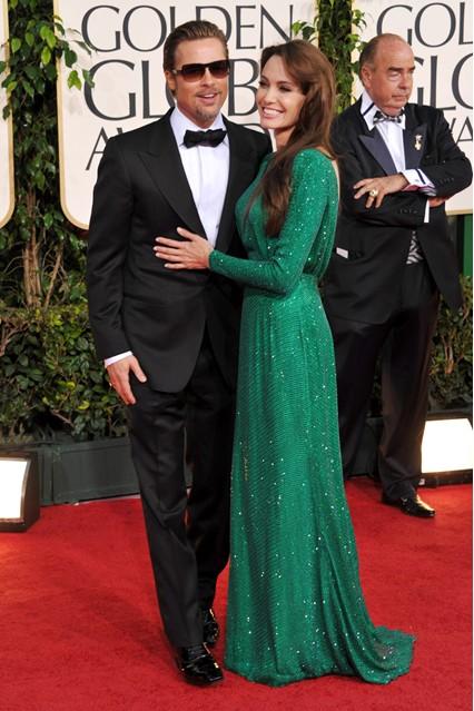 Анджелина Джоли в мерцающем, зеленом платье от Versace, рядом Бред Питт, 2011 год