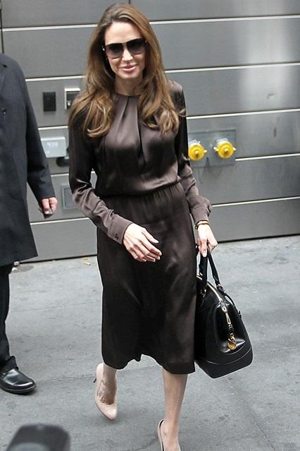 Анджелина Джоли в новом шелковом платье шоколадного оттенка