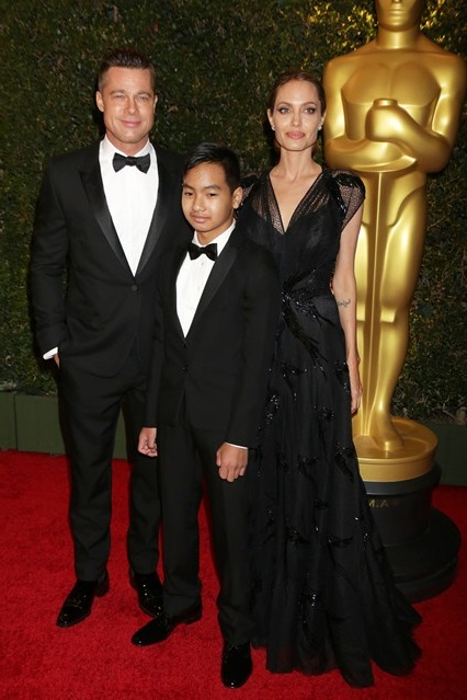 Анджелина Джоли в очень нарядном черном платье от Versace