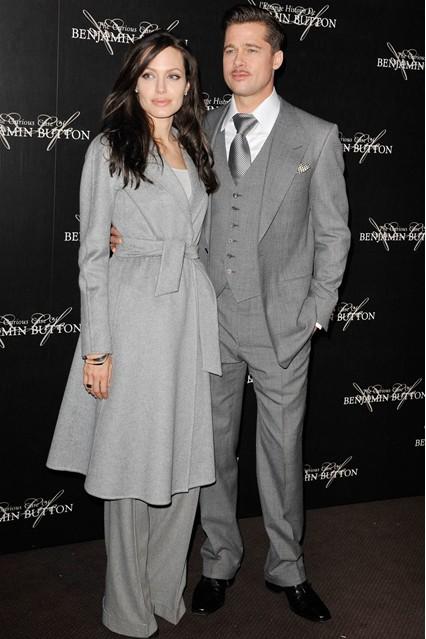 Анджелина Джоли в пальто от Akris, а брюки от Ralph Lauren, рядом Бред Питт, 2009 год