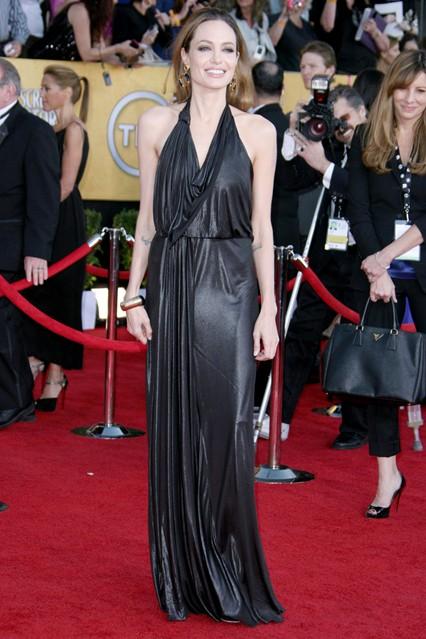 Анджелина Джоли в перламутровом черном платье с драпировкой от Jenny Packham