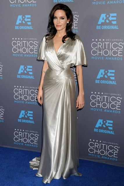 Анджелина Джоли в перламутровом платье со сборками от Versace