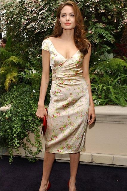 Анджелина Джоли в ретро платье с цветочным принтом, 2004 год