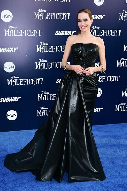 Анджелина Джоли в роскошном перламутровом черном платье со сборкой на боку и шлейфом от Versace