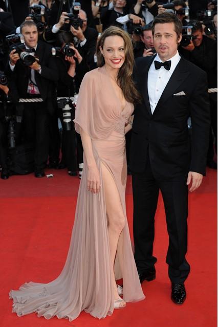 Анджелина Джоли в роскошном полупрозрачном платье в пол от Versace, 2009 год