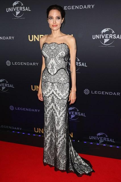 Анджелина Джоли в роскошным черно-белом узорчатом платье от Gucci
