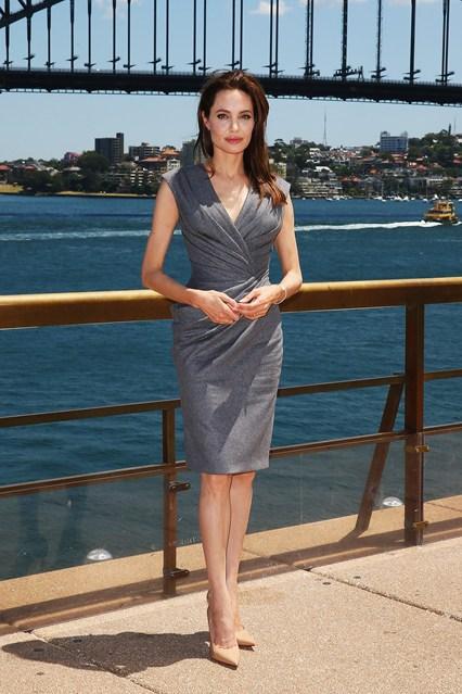 Анджелина Джоли в сером платье со сборкой от Versace