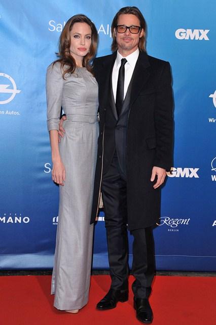 Анджелина Джоли в светло-сером платье прямого кроя от Ralph & Russo