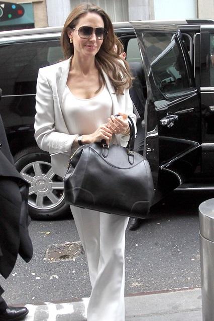 Анджелина Джоли в светлом, брючном костюме от Stella McCartney