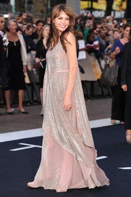 Анджелина Джоли в свободном перламутровом платье от Amanda Wakeley