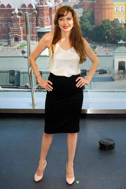 Анджелина Джоли в топе кремового оттенка и черной юбке от Dolce & Gabanna