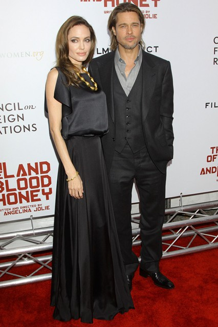 Анджелина Джолив плиссированной черной юбке и шелковом черном топе от Ralph Lauren, рядом Бред Питт