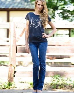 Девушка в джинсах regular fit и футболке levis