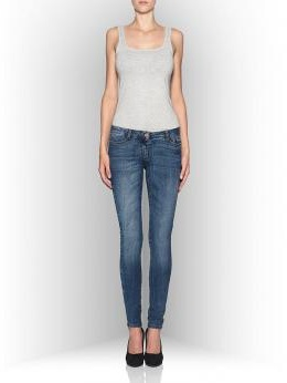 Девушка в джинсах slim fit и сером топе