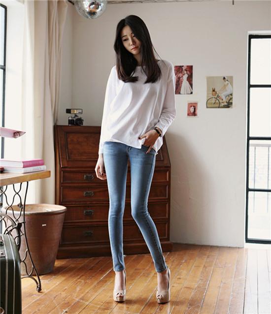 фото молодых девушек в джинсах