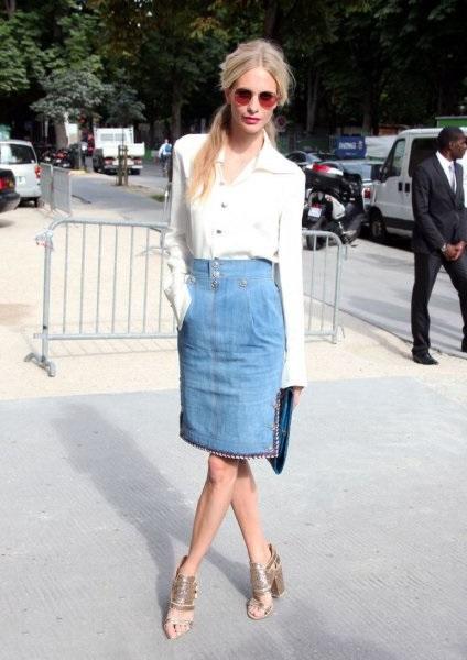 Девушка в джинсовой юбке и белой блузе