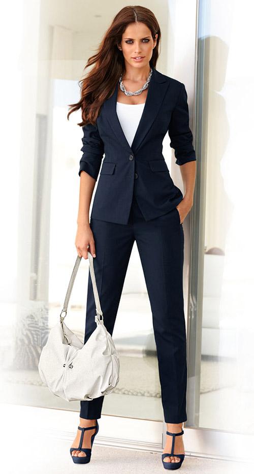 Девушка в элегантном, брючном костюме и босоножках